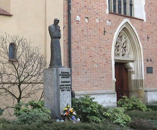 Pomnik Kardynała Adama Stefana Sapiehy.