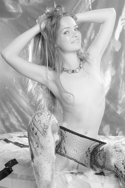 Bild av en väldigt ung modell som visar upp sin nakna kropp.