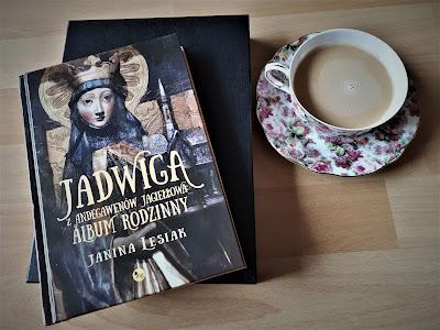 """O królowej, która była jak motyl, czyli recenzja książki """"Jadwiga z Andegawenów Jagiełłowa: album rodzinny"""" Janiny Lesiak."""
