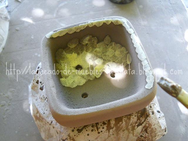 Esmaltar cerámica con pincel por goteo