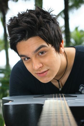 0120b3ebcec72 O cantor de 21 anos, Luan Santana, é um dos que mais faturam no Brasil com  a venda de discos, DVDs e aparição em propagandas. No entanto, como aponta  o ...