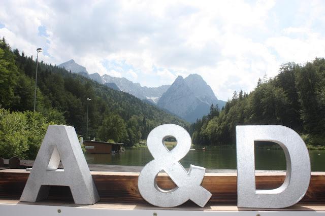 Fotobooth - Hochzeitsempfang im Seehaus am Riessersee in Garmisch-Partenkirchen - Vier Hochzeiten und eine Traumreise - Vox - im Riessersee Hotel Garmisch-Partenkirchen mit viel Glitzer und weißen Calla - #4HochzeitenundeineTraumreise #Riessersee #Garmisch #HochzeitinGarmisch #Glitzer #Glimmer #Calla #HochzeitinBayern