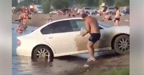 Άνδρας πλένει το αυτοκίνητό του στην παραλία ενώ ο κόσμος κάνει μπάνιο (Βίντεο)