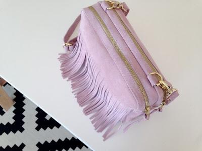 Zuzia Górska polska projektantka torebka zamszowa z frędzlami rose quartz kolor roku 2016