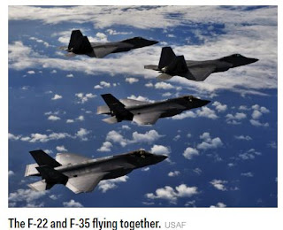 Os F-22 e os F-35 voam juntos.