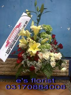 rangkaian karangan bunga meja vas kaca dan lily cassablanca