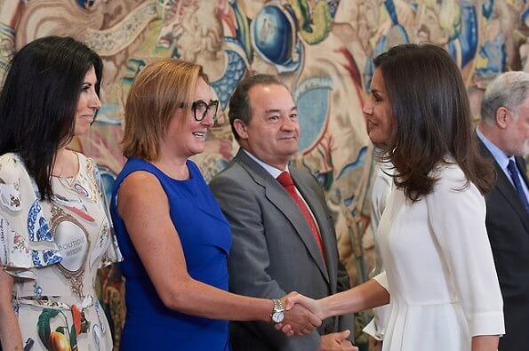 Queen Letizia wore Hugo Boss blouse and Hugo boss trousers, Prada pumps. Center for Early Childhood and Primary Education