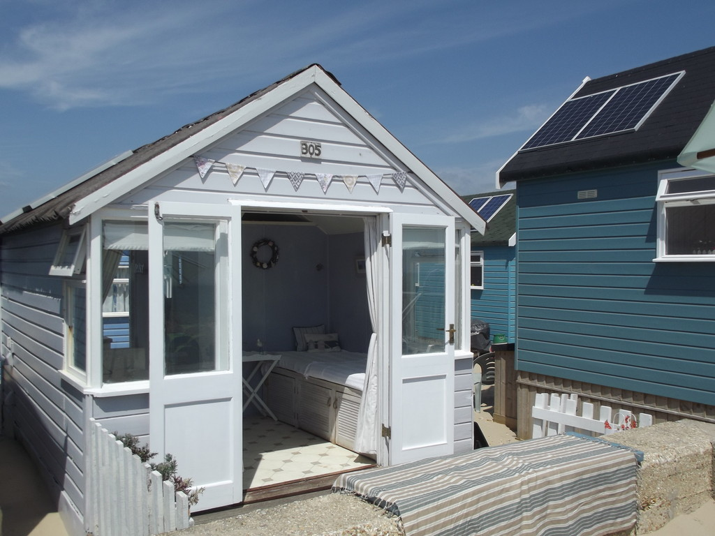 Shedworking beach hut on sale for mere 200 000 for Beach hut style
