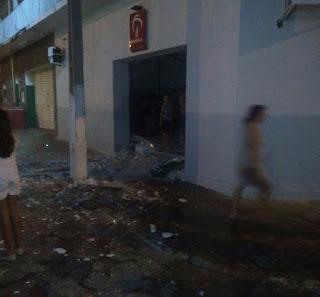 Bando fortemente armado invade cidade do Sertão, explode banco e causa terror
