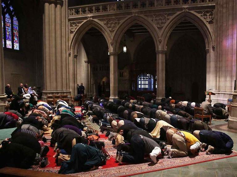 Muçulmanos rezando na Washington National Cathedral. É o destino que eles querem dar a todas as igrejas cristãs