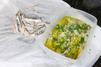 Preparación de boquerones en vinagre