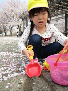 春の公園で遊ぶ子どもたち