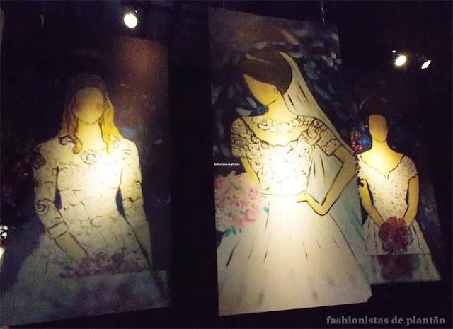 Foto da segunda sala da exposição croquis, ilustrações dos vestidos