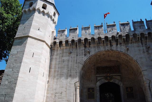 la porte du Salut (ou Ortakapi) permet de passer de la première à la deuxième cour. Elle est encadrée de deux tours octogonales crénelées