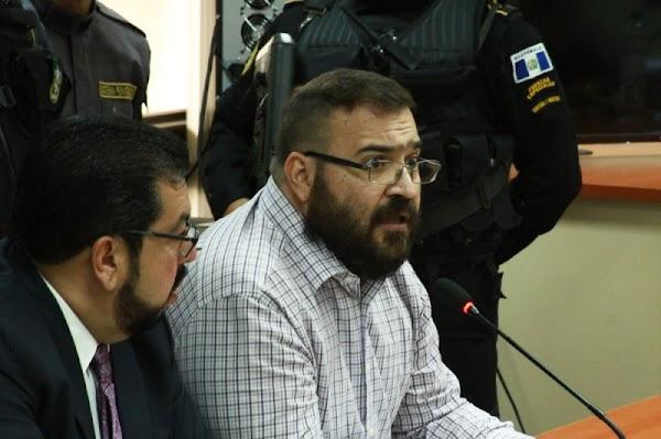 Juez determina procesar a Javier Duarte por delincuencia organizada y lavado de dinero.