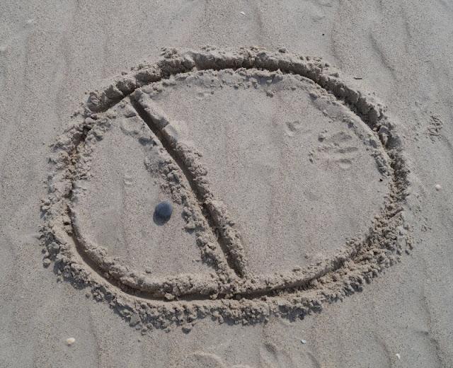 Drei einfache Strandspiele, für die Ihr nichts als Eure Hände braucht: Landgewinn - welches Kind hat am Ende das größte Land