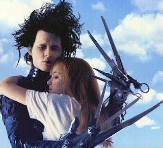 El personaje Eduardo Manostijeras abraza a Kim Boggs la joven que se enamora de él