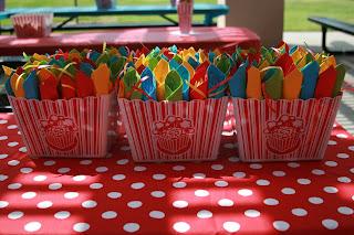 Cajas de pop corn para poner los cubiertos.