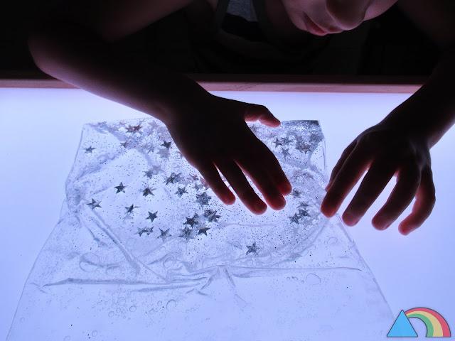 Bolsa sensorial de temática espacial sobre mesa de luz