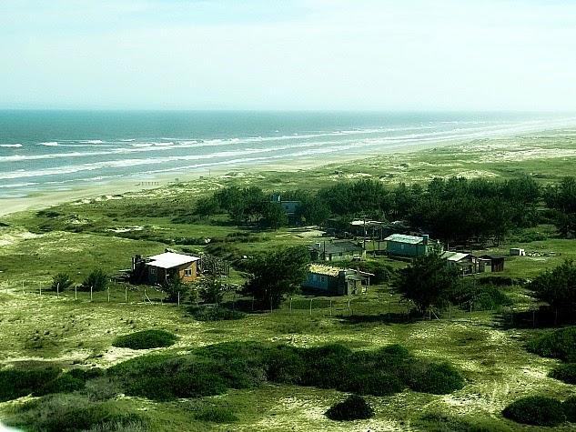 Raras casas na Praia do Farol, em Tavares