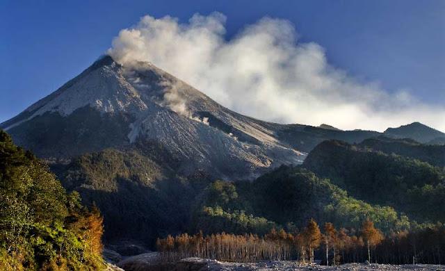 Gunung Merapi adalah salah satu gunung