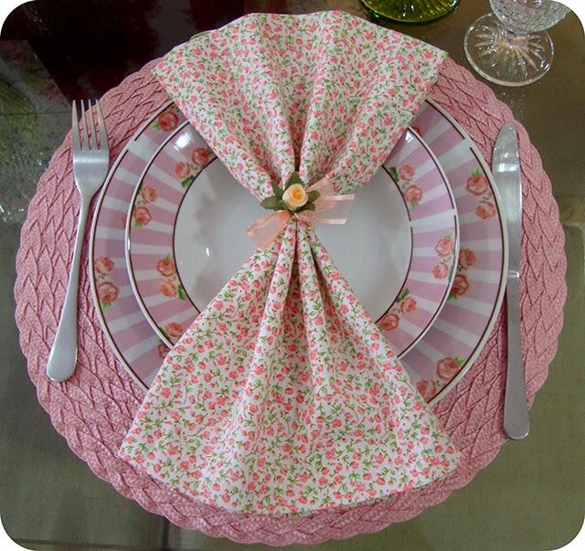 Guardanapo , Porta Guardanapo e Pratos com Rosas em Rosa