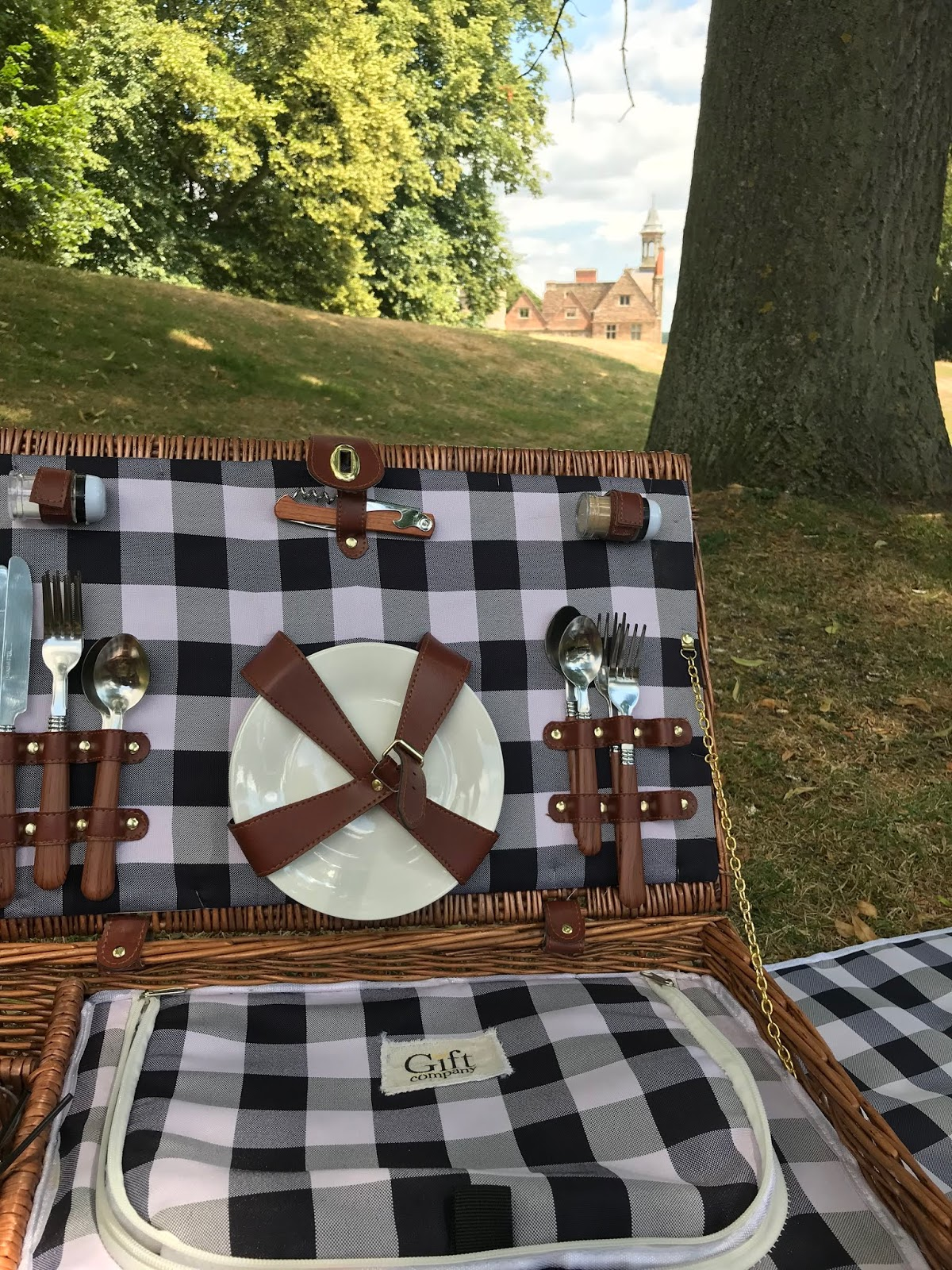 Picnic at Rufford Abbey \ The Gift company picnic basket