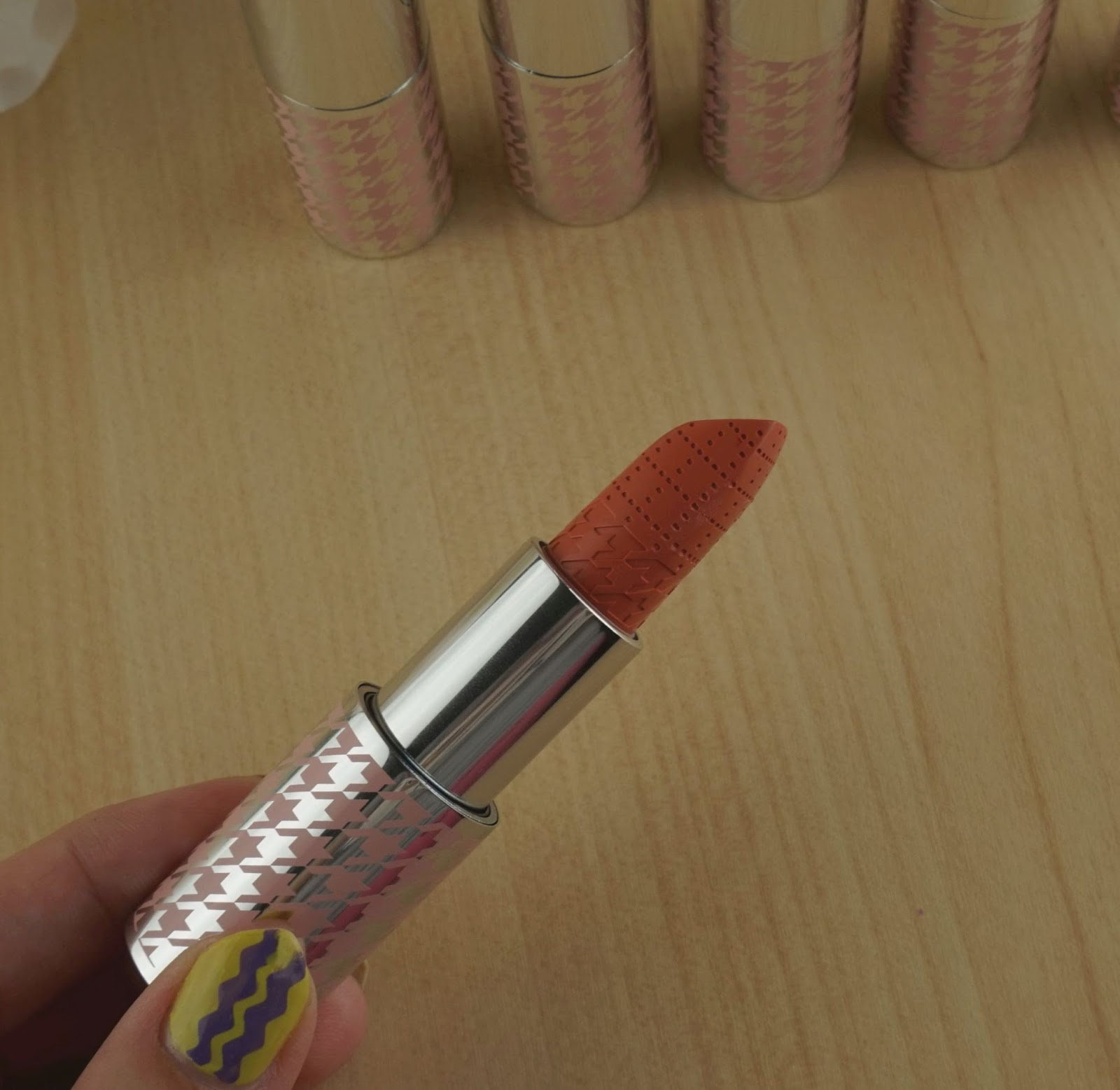 Quo Colour Lust Lipstick Review Swatches gossip session swatch