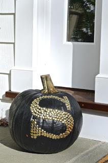 20 Idee Per Decorare Le Zucche Di Halloween Fai-da-te: monogramma
