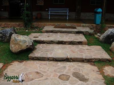 Piso de pedra, com chapa de pedra moledo, com espessura de 10 cm a 15 cm.