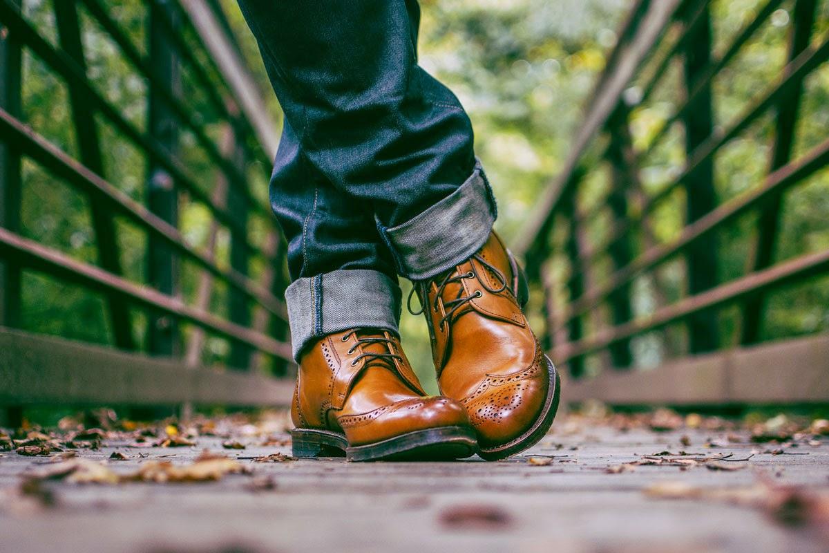 Sepatu-sepatu untuk Adam