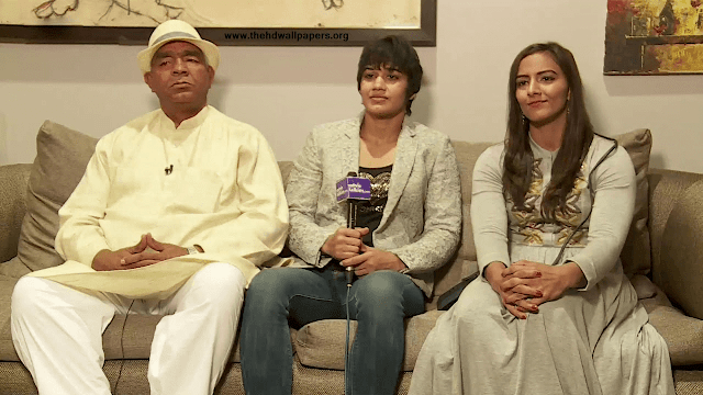 Geeta Phogat With Her Sister Babita and Father Mahavir Phogat HD Wallpaper Photo  Pics