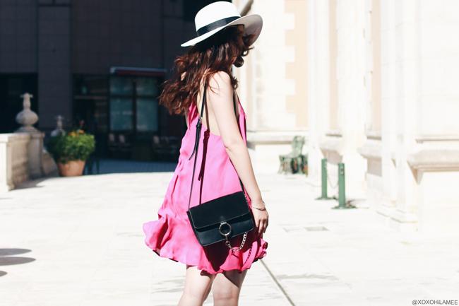 ファッションブロガー日本人、今日のコーデ、MizuhoK、URBAN OUTFITTERSピンクワンピース、ビルケンシュトック-コンフォートサンダル、ホワイトパナマハット、ポシェット フェミニンカジュアルコーデ