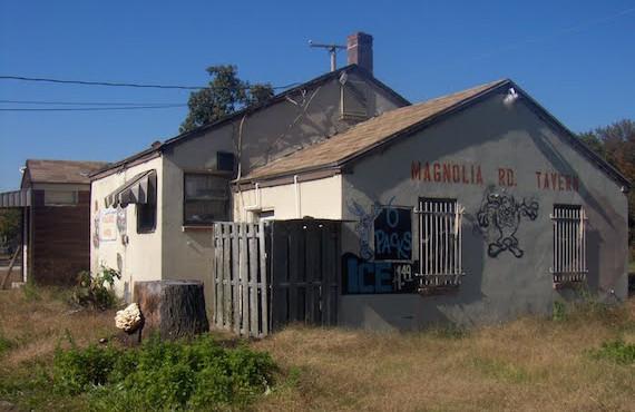 Sebuah bangunan terbengkalai di Ong's Hat