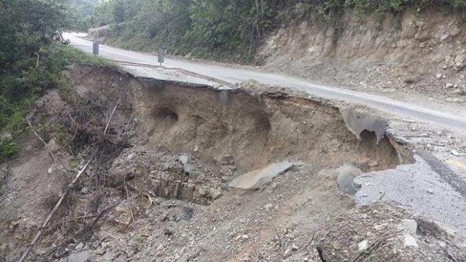 Destrozada la vía de #Agua Azul, #Chiapas. En plena temporada vacacional así luce.