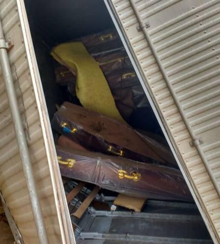 Caminhão carregado com caixões tomba na 'curva da morte', e carga não é saqueada.