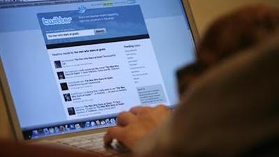 """Eric Weaver intentó iniciar sesión en su cuenta de Twitter, pero fue bloqueado. Un hacker había entrado a su perfil y había cambiado la clave. Pero la historia no termina ahí. Con un poco de investigación, Weaver encontró que @weaver se vendía en línea en HackForums.net. Descubrió también que el software para piratear decenas de cuentas se consigue fácilmemente en la web. """"Me sorprendió cómo todo sucede tan abiertamente"""", dijo Weaver, un ejecutivo de publicidad en Seattle, a The Huffington Post. Los ciberpiratas """"son capaces de operar con aparente impunidad"""", señaló. Infobae Otros usuarios del microblog de 140 caracteres han"""