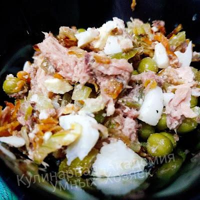Салат с тунцом яйцом и овощами