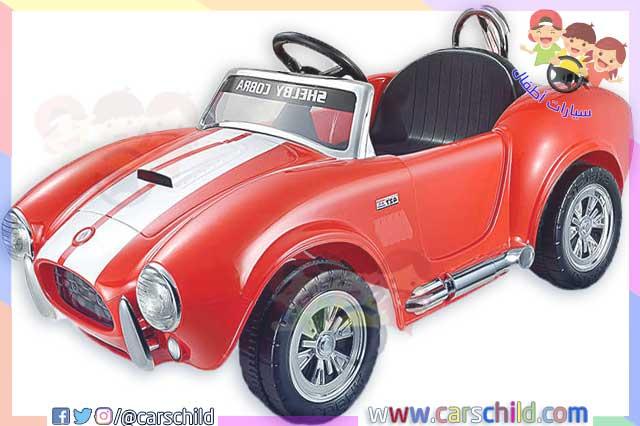 سيارة أطفال ذات الطراز الكلاسيكي حمراء اللون