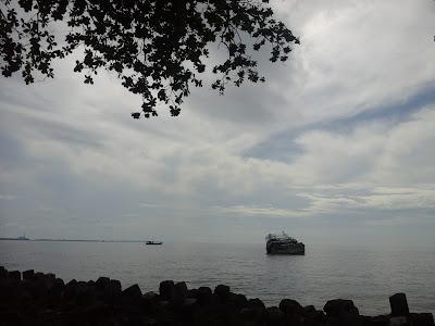 Kapal ilegal asing karam di ujung karang