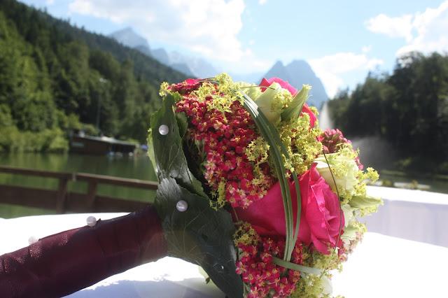 Brautstrauß in Fuchsia - Deutsch-indische Hochzeit im Riessersee Hotel Garmisch-Partenkirchen, Bayern, Navy Blue, Weiß, Fuchsia, Vintage, Schmetterlinge, Ballons - #deutsch-indische Hochzeit #Riessersee Hotel #heiraten in Bayern #Hochzeit in Garmisch