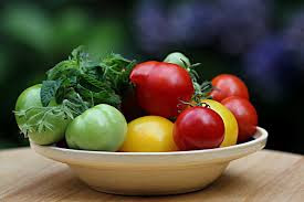 satu hal yang juga perlu anda ketahui bahwasanya ada satu cara yang tepat yang anda dapat gunakan dalam rangka perawatan kesehatan kulit,suatu cara yang dilakukan dari dalam yaitu dengan cara mengkonsumsi makanan makanan tertentu yang mengandung vitamin seperti buah buahan dan sayur yang sangat mnunjang dalam rangka memperoleh kesehatan kulit