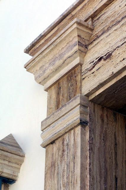 fachada en travertino oro de Almería