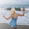 rapariga à beira mar