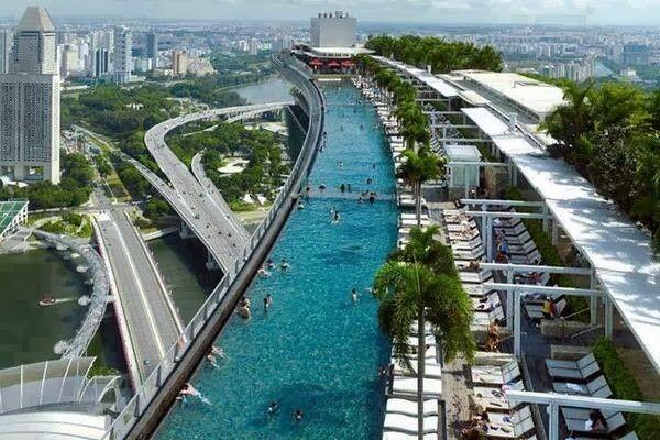 La piscina infinita más grande y más alta del mundo. La piscina más alta del mundo. Hotel The Sand Skypark, o Marina Bay Sands, ubicado en Singapur