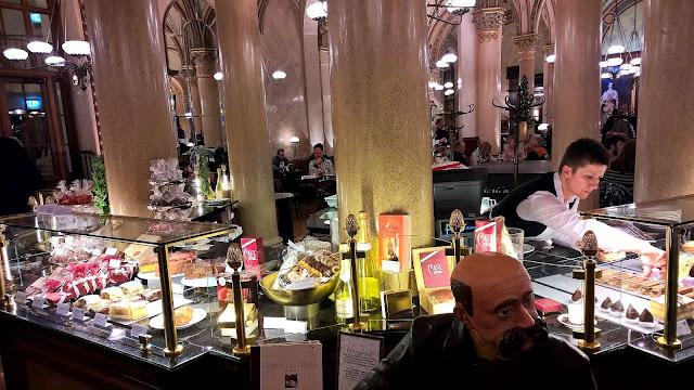 Mallaspulla matkailee Cafe Central Wien kakku