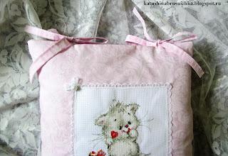 вышивка на подушке