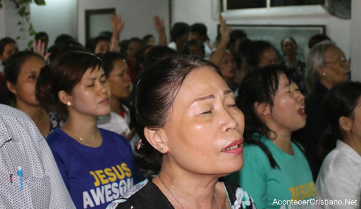 Cristianos adorando en iglesia clandestina en Vietnam
