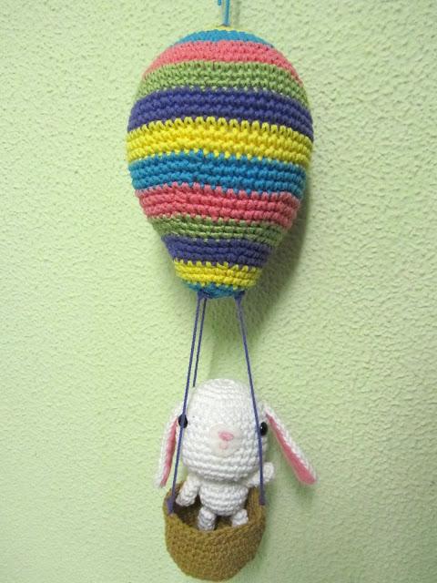 conejito y globo aerostático de amigurumi