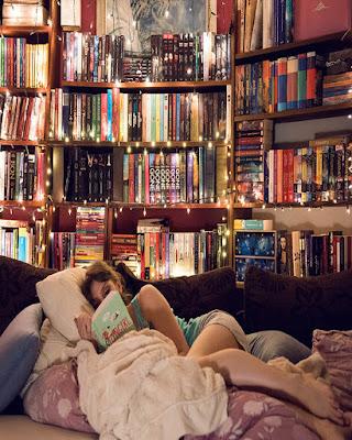 pose acostada leyendo libro casual tumblr